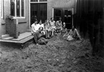 1976-10978 Kleuterleidsters van de bewaarschool van het r.k. Instituut Sint Lucia aan de Aert van Nesstraat.