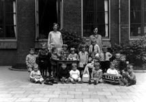 1976-10980 Kleuterklas van de bewaarschool van het r.k. Instituut Sint Lucia aan de Aert van Nesstraat.