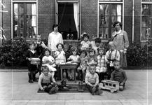 1976-10981 Kleuterklas van de bewaarschool van het r.k. Instituut Sint Lucia aan de Aert van Nesstraat.