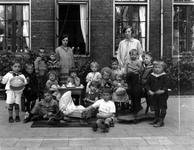 1976-10982 Kleuterklas van de bewaarschool van het r.k. Instituut Sint Lucia aan de Aert van Nesstraat.