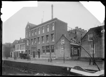 1976-10998 Stoomwasserij De Nijverheid aan de Achterhaven aan de oostzijde, rechts een der hofjes Van Duijl.