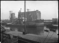 1976-11030 De Maassilo. Het pakhuis van de Graansilomaatschappij aan de zuidzijde van de Maashaven, bij overslag via ...