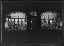 1976-11049 De etalage van schoenenwinkel L.L. Corbeau aan de West-Kruiskade.