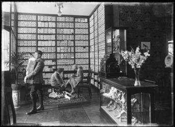 1976-11050 Het interieur van schoenenwinkel L.L. Corbeau aan de West-Kruiskade.