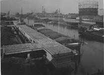 1976-11075 Een betonsteiger aan de Keilehaven. Op de achtergrond rechts Nederlandsche Staalindustrie.