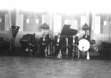 1976-11080 Muziekgezelschap in café-restaurant Caland aan de Coolsingel.
