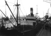 1976-11086 Sint-Jobshaven, lossen van vlas bij Blaauwhoedenveem.
