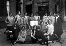 1976-11087 Studentes van de kweekschool voor onderwijzeressen van het r.k. Instituut Sint Lucia aan de Aert van Nesstraat.
