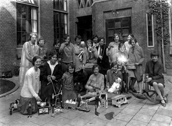 1976-11088 Studentes van de kweekschool voor onderwijzeressen van het r.k. Instituut Sint Lucia aan de Aert van Nesstraat.