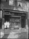 1976-11163 Het filiaal van winkelier G.J. van Buuren in banket en suikerwerken op nr. 157b, aan de westzijde van de ...