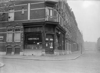 1976-11168 Gezicht op de Bellevoysstraat met het winkelpand van J. Groenewold in comestibles aan de Schermlaan nummer 55.