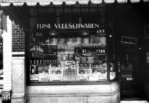 1976-11255 Winkel in vleeswaren van P. Rijshouwer aan de zuidzijde van de Nieuwe Binnenweg 196.