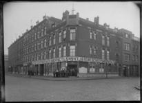 1976-11263 Feijenoordkade op de hoek van Dillenburgstraat (rechts) met op de voorgrond het bedrijfsgebouw J. Sterk ...