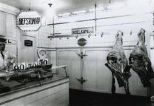 1976-11268 Koelcel in de slagerij van Remkes, op nummer 9 aan de Goudse Rijweg. Filiaalhouder J.F. Vermeulen.