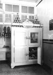 1976-11270 Interieur van de slager van A. Hoeneveld jr. aan de Eerste Middellandstraat 51. Koelkast.