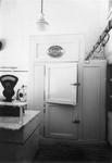 1976-11272 Interieur van de slagerij P. Ammerlaan in de Vierambachtsstraat 75. Koelcel.