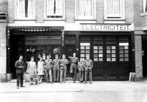 1976-11321 F.M.J. de Prez, electrische installateur aan de Sint-Mariastraat nr. 2. Personeel staan voor het bedrijf.
