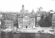 1976-11344 De Coolsingel en Coolvest met in het midden het Erasmiaans Gymnasium en rechts winkelgalerij de Passage.Op ...