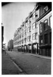 1976-11345 Gezicht op de Gouvernestraat met rechts Ons Huis. Op de achtergrond de Nieuwe Binnenweg.