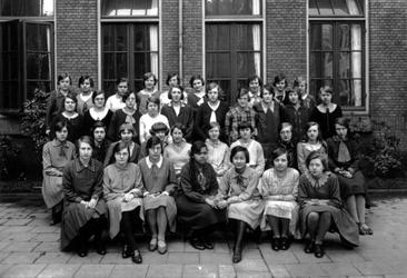 1976-11359 Studentes van de kweekschool voor onderwijzeressen van het r.k. Instituut Sint Lucia aan de Aert van Nesstraat.
