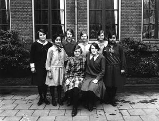 1976-11360 Studentes van de kweekschool voor onderwijzeressen van het r.k. Instituut Sint Lucia aan de Aert van Nesstraat.