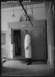 1976-11399 In de slagerij W. Droog, bij de koelcel van Buvoko, aan de Veerlaan op nr. 76.