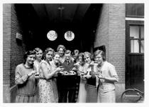 1976-11519 Personeel van chocoladefabriek Ringers aan de Baan.