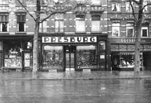 1976-11645 Schoenenwinkel Presburg aan de West-Kruiskade 11.