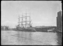 1976-11720 Zeilschip Passat gelegen aan de zuidzijde van de Maashaven, bij het bedrijf Stevedore Company Quick Dispatch N.V.