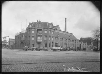 1976-11722 Fabriek van melkproducten van de Vereenigde Zuivelbereiders ( R.M.I. ) aan de Persoonsdam op nr. 18. Voor de ...