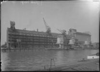 1976-11759 Pakhuis Sint Job in gebruik door NV Blaauwhoedenveem-Vrieseveem aan de Sint-Jobshaven.