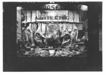 1976-11830 Paasetalage van de slagerij A. den Hertog aan de Gerrit Jan Mulderstraat 14.