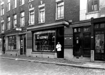 1976-11854 De Josephstraat met op nummer 190 kapper A. Manifarges.