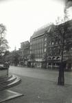 1976-11872 De Coolsingel met o.a. glas- en porceleinwarenhuis Jungerhans.