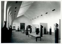 1976-11885 Beeldhouwwerk in het Museum Boymans van Beuningen aan de Mathenesserlaan.