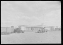 1976-11953 Bij het oliebedrijf van G. Kodde aan de Galileïstraat.