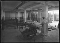 1976-12015 Werkruimte van de Marathon Staalmaatschappij aan de Eerste Middellandstraat nummers 111-115.