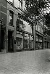 1976-12037 De Grotemarkt met de winkel van A. Schröder.