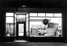1976-12071 Etalage van de winkel Willem II Billard aan de Nieuwe Binnenweg, speciaal-fabriek voor de fabricage van ...