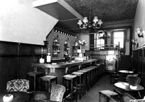 1976-12113 Café aan de Nieuwe Binnenweg.
