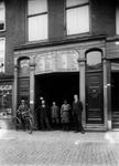 1976-12281 Personeel van transportagentuur T.J. van Geldermalsen jr. aan het Haagseveer.