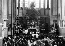1976-14329 Priesterfeest in de kerk van de H. Laurentius en Sint-Elisabeth aan de Mathenesserlaan.
