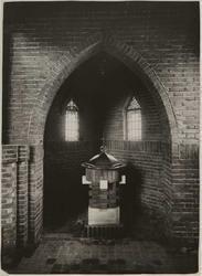 1976-14334 Het doopvont van de H. Bonifatiuskerk aan de Alcorstraat in Heijplaat.