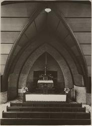1976-14335 Het altaar van de H. Bonifatiuskerk aan de Alcorstraat in Heijplaat.