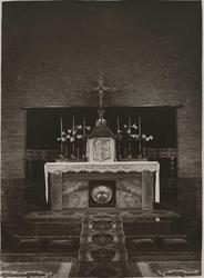 1976-14336 Het altaar van de H. Bonifatiuskerk aan de Alcorstraat in Heijplaat.