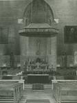 1976-14339 Het priesterkoor met altaar van de R.K. kerk Sint-Antonius Abt aan de Jan Kruijffstraat.