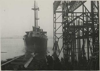 1976-14397 Tewaterlating van de Moesi bij de Rotterdamsche Droogdok Maatschappij.
