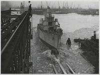1976-14402 Tewaterlating van een oorlogsschip bij de Rotterdamsche Droogdok Maatschappij.