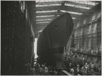 1976-14404 Tewaterlating van een onderzeebootjager uit de onderzeebootloods van de Rotterdamsche Droogdok Maatschappij ...