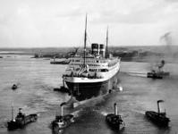 1976-14460 Een stuurloos s.s. Nieuw Amsterdam, gebouwd door de Rotterdamsche Droogdok Mij te Heijplaat, wordt verhaald ...